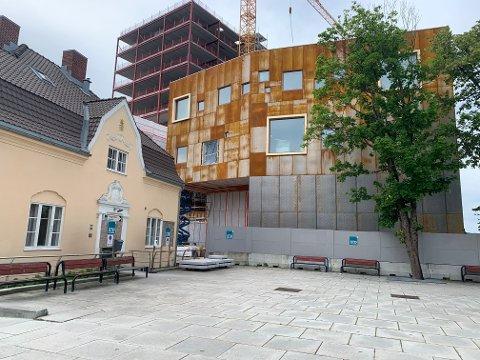 KONTRASTER: Det er delte meninger rundt fasaden til det nye kulturbygget Intro (til høyre).