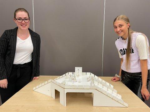TOGSTASJONEN: Mona Ødegård og Martine Westlie, ønsker å byge tak over togskinnene for å forene sentrum og Lillestrøm syd.