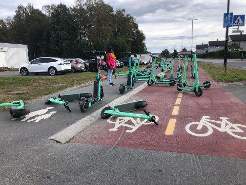 FORSVARLIG: Sparkesykkelfirmaet Bolt, som eier de grønne sparkesyklene på bildet, oppfordrer alle som fortsatt ønsker et fleksibelt tilbud i byen til å parkere forsvarlig.