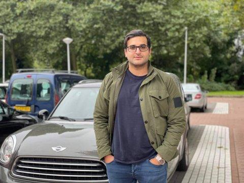 IKKE IMPONERT: Hadi Mohammed Sharaf synes det er synd at det er få parkeringsplasser ved de nye boligområdene i Lørenskog sentrum.