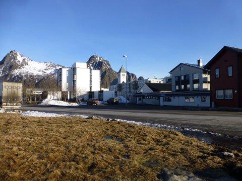 Slik ser området ut fra Lofotgata. De lave bygget og det hvite bygget til venstre for det rødfe utgjør i dag tidligere Innbogården. Tilvenstre foir det ser vi røstet på Frelsesarmeen.