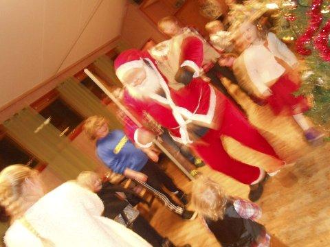 NISSEN: Nissefar hev seg også med i gangen rundt juletreet.