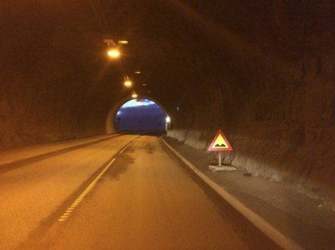 Sløverfjord: Ved utgangen av Sløverfjordtunnelen er asfalt på Europavei 10 knust. Og det har den vært en stund og det synes som om det skal den fortsatt forbli.