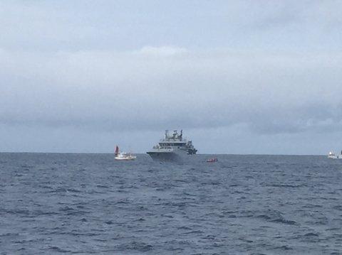 Kystvakta bistår fiskebåt som har fått garn i propellen.