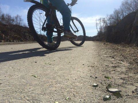 På sykkelstien i Osan ligger det mye knuste glasskår.