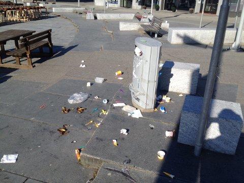 På torget i Svolvær hadde måkene rotet det til etter at folk overfylte denne søppelboksen i helga.
