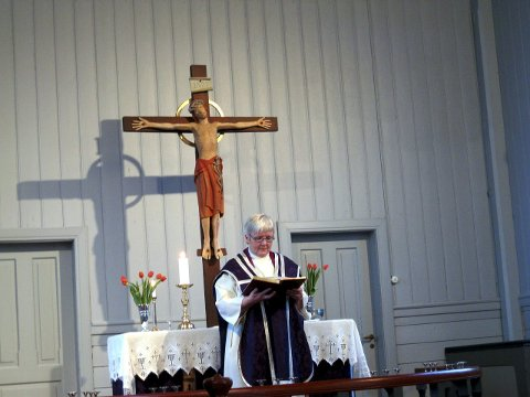 Styrket kirke: Prost i Lofoten, Ann-Helen Fjellstad Jusnes, mener folkekirken er styrket selv om medlemstallet er redusert de siste årene. – Jeg opplever at flere unge søker til kirken, og at kirkens ansvar for trosopplæringen til barn og unge har styrket kirken, sier prosten som er en av fem kandidater til stillingen som biskop i Sør-Hålogaland.