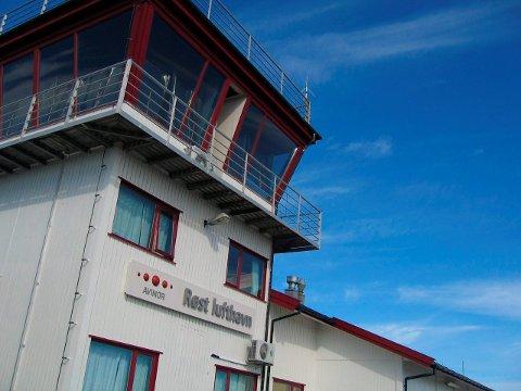 Kritisk: Ordfører i Røst kommune, Tor Arne Andreassen, er kritisk til fjernstyring av flytårnet på Røst lufthavn. - Teknologien gjør det mulig å se inn i bygninger og boliger i ganske stor avstand fra tårnet, sier han.