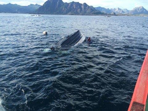 """Etter å ha reddet de to forliste, vendte """"Sundt Flyer"""" tilbake for å slepe båten inn til land."""