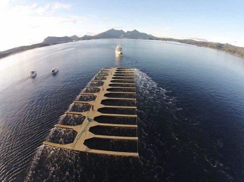 PÅ SLEP: Her er brygga på slep mot Leknes. Foto: Ingbjørn Gjerstad