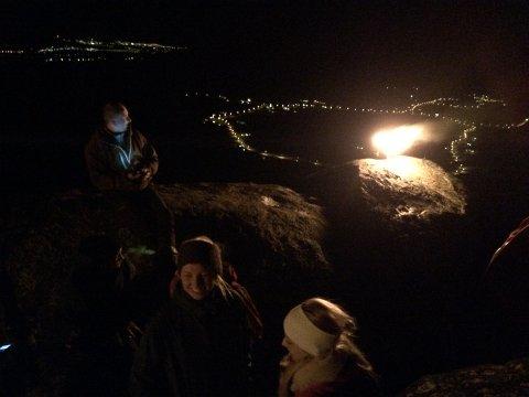 Mellom 55 og 60 stykker ruslet opp på Gullringshamran i kveldinga nyttårsaften for å tenne en varde for fred. Det er fast tradisjon i Steinfjorden og i år var det for 30. gang.