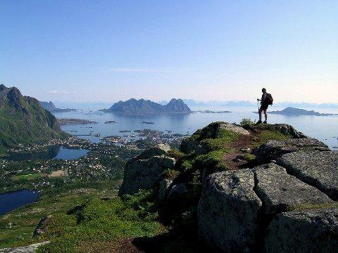Utsikt: Fra Lille Kongstiden med utsikt over Svolvær, Lillemolla og Skrova og med Sverige i sikte på en klar sommerdag: Foto: Chris Craggs