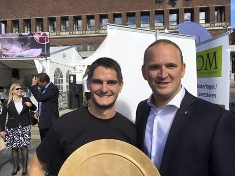 FORNØYD: Gøran Rasmussen Åland med premien for beste norske ost, men nåddde ikke helt opp i vm. Foto: Privat