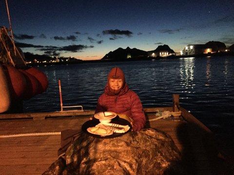 Stille  natt: Christin Oldebråten fornøyd etter en stille natt på flytebrygga i havna.