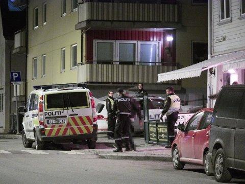 Politiets patruljer på jobb i Narvik natt til søndag. Personen på bildet ble sendt hjem for egen maskin etter hvert.
