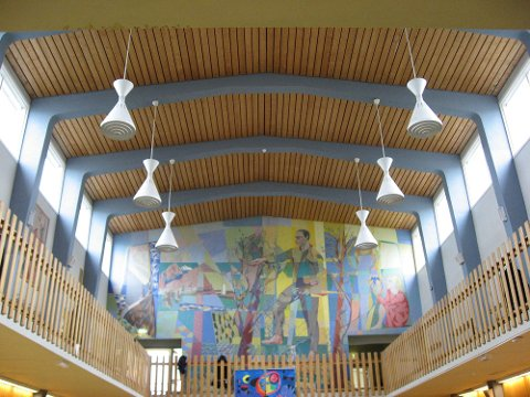 Aulaen i Rødskolen med veggkunsten av HArald Peterssen.