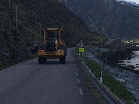 Holdal maskin og transport er på stedet og har ryddet veibanen for steinene. Veien er fortsatt stengt fredag kveld