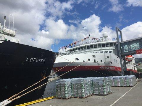 "MS ""Lofoten"" og MS ""Spitsbergen"" til kai i Bergen tirsdag."