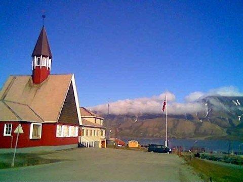 Kvinnen reiste tilbake med fly til Longyearbyen, kvelte i seg mengder med alkohol før hun tente på en madrass i kjelleren.