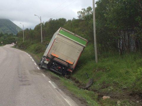 En postbil har kjørt i grøfta like ved Vonheim på Vestvågøya.