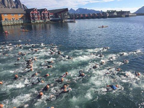 - Ufarlig: Kommuneoverlege Jan Håkon Juul er ikke bekymret for svømming i indre havn. Her fra starten på olympisk distanse i 2016 under Lofoten Triathlon