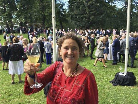 GOD OPPLEVELSE: – En varm og god opplevelse, sier Marielle de Roos om hagefesten i Slottsparken. Hun var en av to inviterte fra Vestvågøy da kongeparet tok imot folk fra hele landet. foto: privat