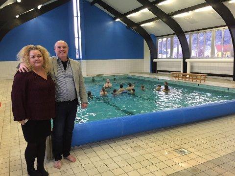 FORNØYD: Rektor Bianca Halvorsen og ordfører Dagfinn Arntsen er glad for at Værøy igjen har basseng. Gjengen bak er nok ikke mindre fornøyd.
