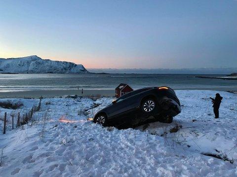 Utfor: En finskregistrert bil kjørte torsdag formiddag av E10 ved Ramberg. Turistene gikk ut av bilen og ned på stranda for å ta bilder mens de ventet på bilberging.