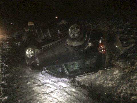 PÅ TAKET: Bilen ble liggende på taket. Leserfoto
