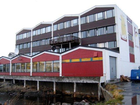 Lofotpostbygget: Det tidligere avisbygget til Lofotposten anno 1963 er planlagt til næringsarealer i første etasje og fire etasjer med til sammen 20 leiligheter. Foto: Knut Johansen