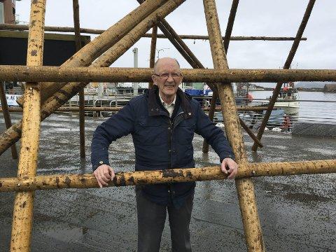 Simpelt tyveri: 82 år gamle  Karl M. Johansen i Svolvær sier han er frastjålet 19 skrei på Svinøya, som var råskjært, og hengt som boknafisk. – Trolig hadde skreien hengt tryggere på utstillingshjellen her på Svolvær torg, sier han skuffet over tyveriet.  Foto: Knut Johansen