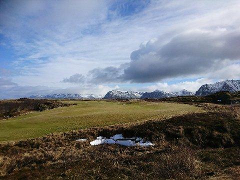 Slik ser det ut ved hull fem på Lofoten Links. Bildet er tatt fra green mot tee.