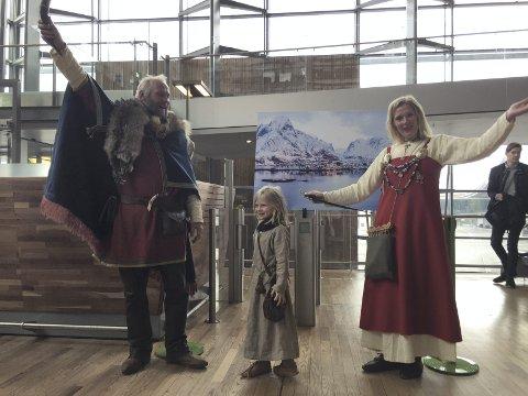 Første avgang: Vikinger var sendt fra Lofoten for å åpne den første flyruten mellom Oslo og Svolvær søndag. Det ble sang og musikk og Pauline Bøe (5) var den som åpnet gaten og gjorde klart for ombordstigning.