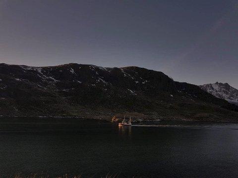 Stilla: Her er en sjark på tur opp Sundstraumen i et aldeles nydelig vintervær.