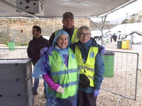 Frivillig: Dråpen i havet har mange frivillige på Hellas. Wenche Bolle er her sammen med Tor fra Eidsvoll og Cathriona fra Irland. Foto: Privat
