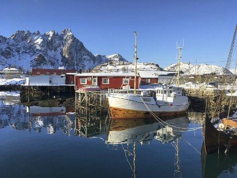 Ballstad speiler seg i godværet: I en ny kåring av mest instagrammede turistattraksjoner i Norge, troner Lofoten på toppen. Det er Instagram-bilder som dette som er tagget med for eksempel #Lofoten som har bidratt til det. Foto: Øystein Ingebrigtsen