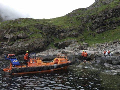Lettbåt: Inn fra fartøyet med lettbåt og så hard jobb med store søppelsekker før de er trygt brakt ut til moderskipet.