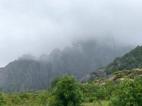 Det er dårlig sikt på det 943 meter høye fjellet i Vågan.