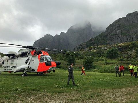 Sea King og Svolvær Alpine Redningsgruppe har stasjonert seg på Kalle i påvente av klarsignal til å gå inn i fjellet. Foto: Thommy Dahl Olsen