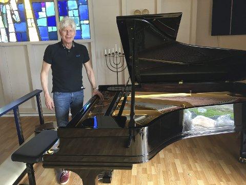 Montert og stemt: Pianoforhandler Trond Hellstrøm har levert og montert flygelet i Henningsvær kirke. Flygelet er fra 1890 og er renovert. Lofoten Internasjonale Kammermusikkfest står for kjøpet av instrumentet som blir permanent plassert i kirka.Alle foto: Privat