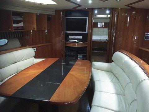 Salongen: Under dekk på en Sunseeker Predator 75 har man det slik i hovedsalongen på en båt som er hele fem meter brei. Bildet er fra en tilsvarende båt.