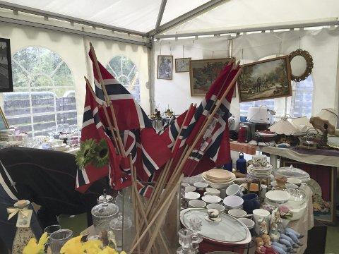 Flaggdag: Mangler man nasjonalflagg eller noe annet er det muligheter å finne det i loppisteltet lørdag på Laupstad.