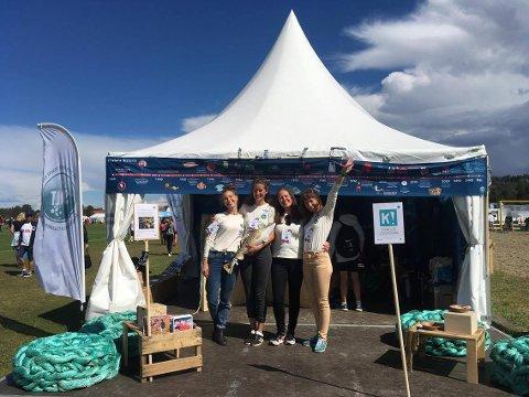Teamet fra SAlt foran paviljongen Tora Drægni (tv), Therese Meyer, Ingrid Wester Amundsen og Laura Johanne Olsen.