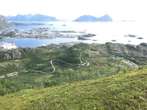 SEA King henter pasient ved Tjeldbergtinden.