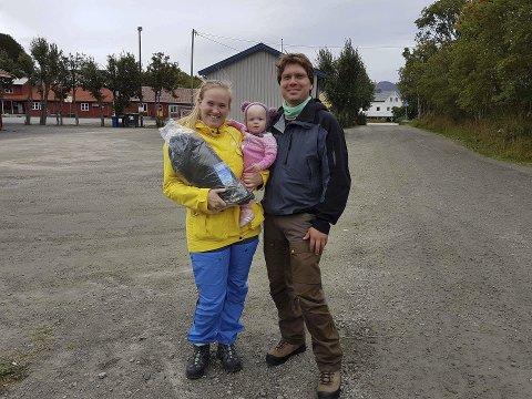 Fornøyd: Tuva Sandholm fra Stamsund var søndag fornøyd med å vinne teltet i Teltjakten 2017. Lofoten Turlag ved nestleder Bjørn Harald Brenna.