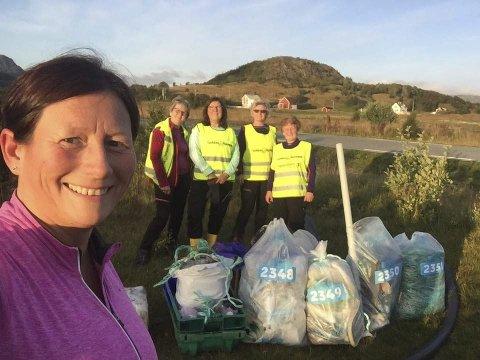 DUGNADSGJENG: Rita-Wivi Fredriksen og resten av styret i Tjukkasgjengen med noe av søppelet de fant. Alle foto: Privat