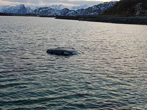 UNDER VANN: Bilen er helt under vann.