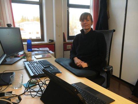 PÅ PLASS: Samfunnsplanlegger Heidi Bergsli på plass på sitt nye kontor.