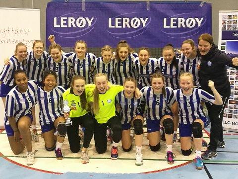 Sølvjenter: SIL J16 tok en sølvmedalje under Nyttårsturneringa i Tromsø.