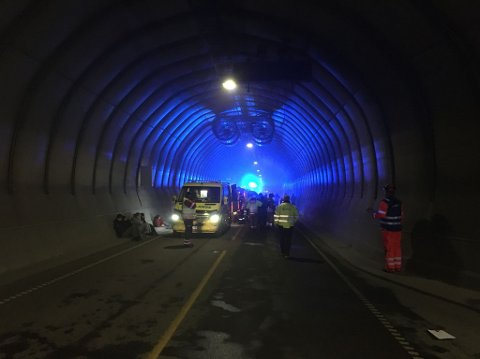 Det er krevende samordning i lett røykfylt tunnel å redde mennesker som både er skadde, og i sjokk.